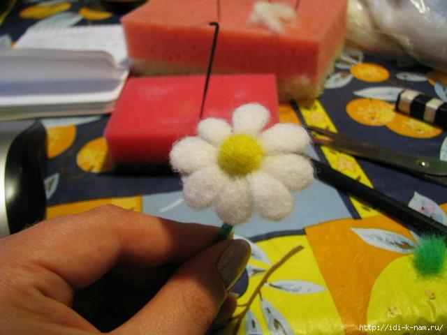 валяная ромашка как свалять ромашку, ромашка из войлока, валяные цветы, ромашка из шерсти,