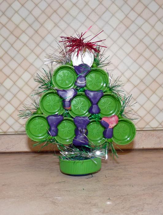 поделки из пластиковых крышек, что можно сделать из пластиковых крышек от бутылок, куда деть крышки от бутылок, поделки с детьми из бросового материала, поделки с детьми на новый год,  как из чего сделать новогоднюю елку на новый год, новогодняя елочка на новый год своими руками,