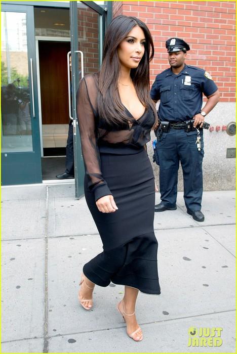 kim-kardashian-kanye-west-elevator-kiss-20 (468x700, 95Kb)
