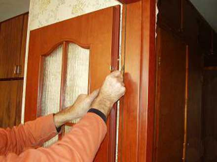 Видеоурок по установке межкомнатных дверей своими руками.
