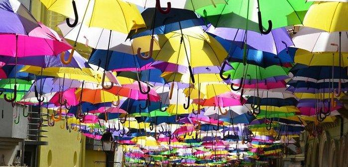 улица цветных зонтиков (700x336, 77Kb)