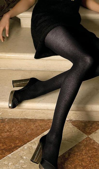 Блондинка в черных колготках нога на ногу фото 300-479
