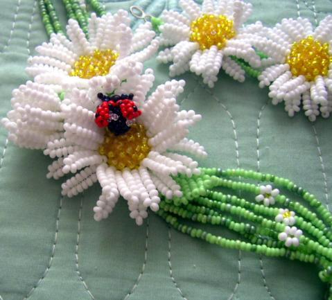 Цветы из бисера ромашка