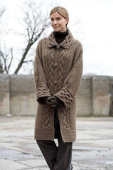 Пальто, вязаное спицами