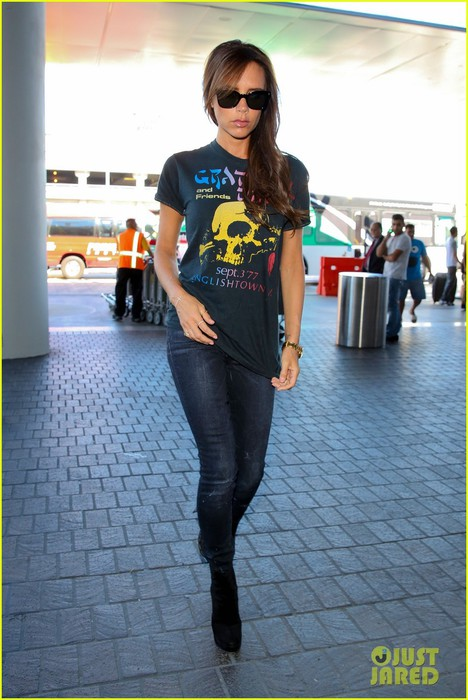 victoria-beckham-rocks-out-in-grateful-dead-shirt-09 (468x700, 92Kb)
