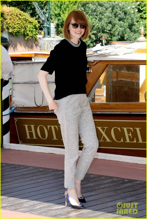 emma-stone-andrew-garfield-arm-in-arm-lunch-venice-02 (468x700, 104Kb)