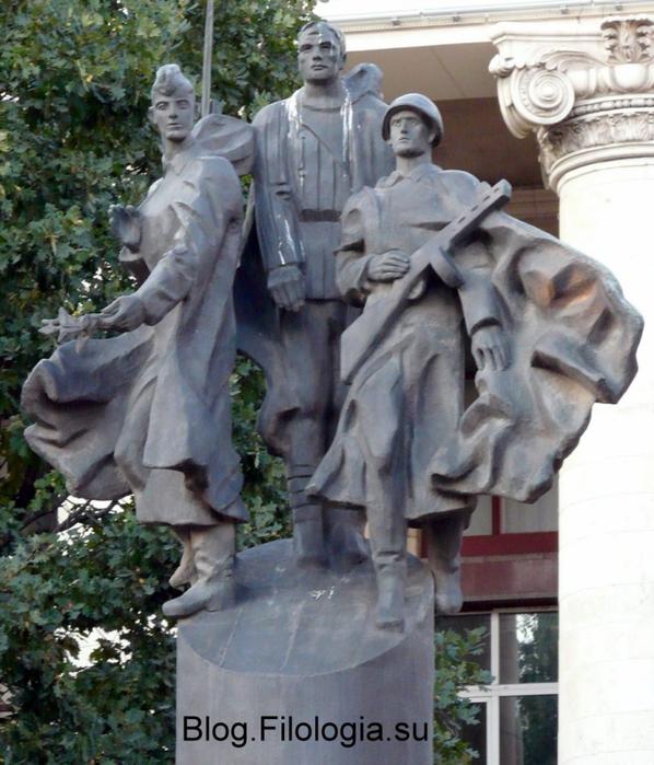 Скульптура с воинами во дворе МАДИ в Москве