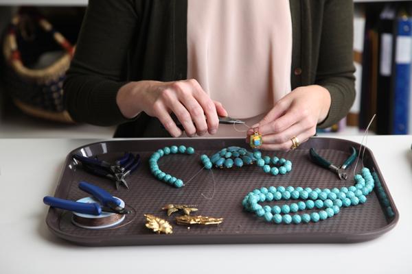 4584558_elvafieldsworkingwithbeadsmakingjewelrymegbiram (600x400, 182Kb)