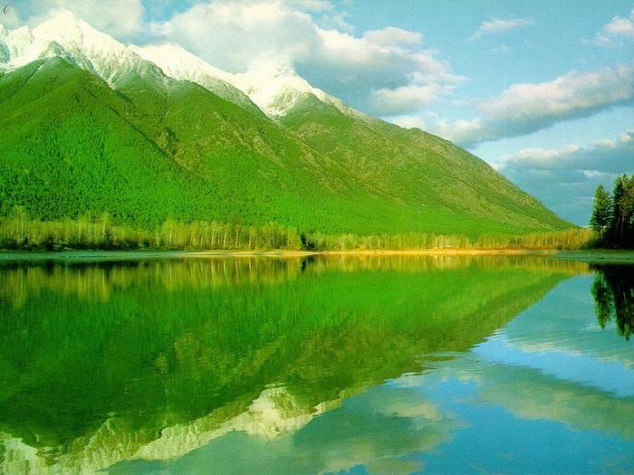 2. Зеленые горы у озера (700x525, 458Kb)