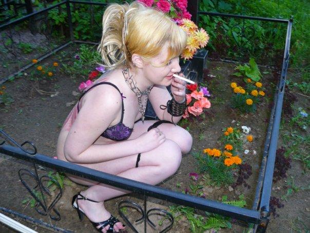 Девушка-гот без мозгов (6 фото). Фото девушки с венком из листьев.