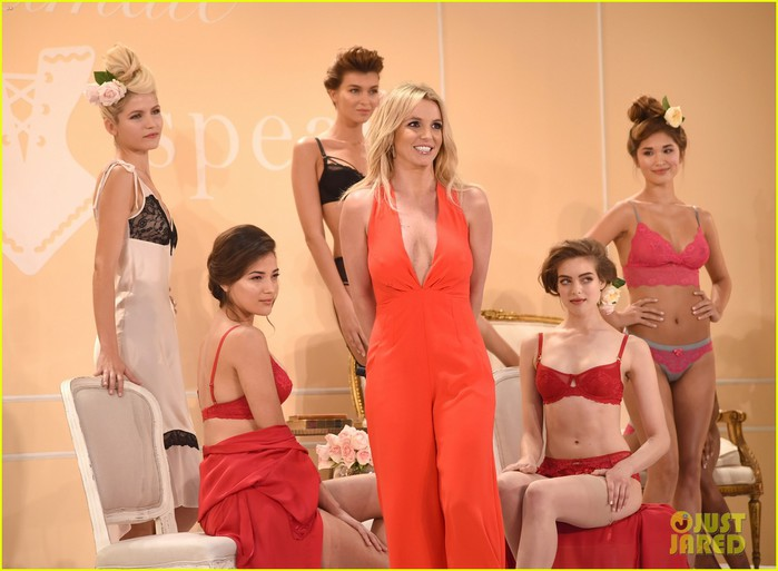 britney-spears-debuts-her-new-lingerie-line-during-nyfw-02 (700x513, 73Kb)