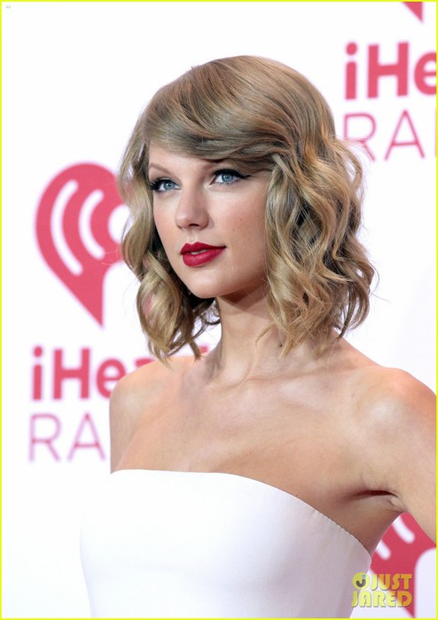 taylor-swift-i-heart-radio-music-festival-red-carpet-04 (494x700, 64Kb)