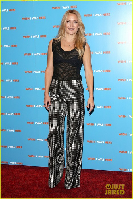 kate-hudson-plays-photographer-at-her-own-movie-premiere-09 (468x700, 97Kb)
