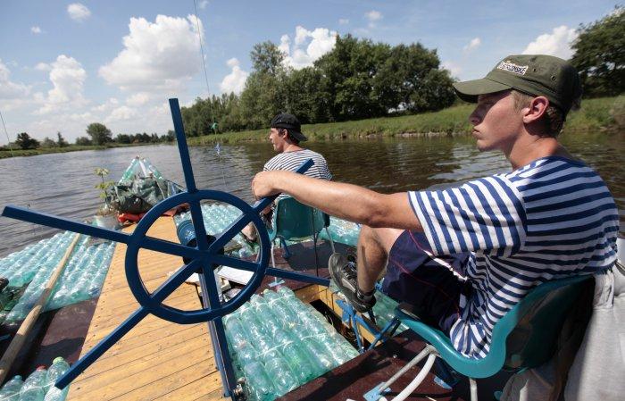лодка из пластиковых бутылок 2 (700x449, 314Kb)