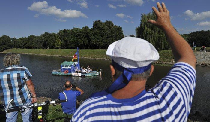 лодка из пластиковых бутылок 12 (700x406, 236Kb)