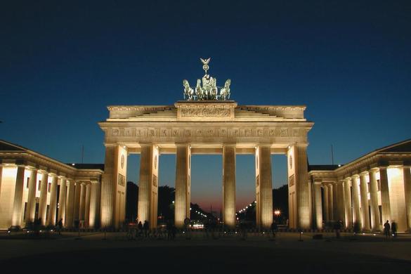 berlin-25-jahre-mauerfall-berlin_brandenburgertornacht_c-jpg_detail2gross (585x390, 30Kb)