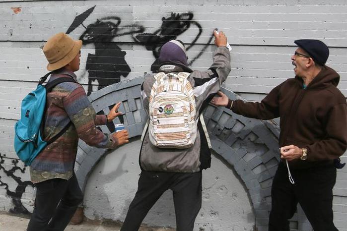 Уличного художника Бэнкси обвинили в расизме за голубей