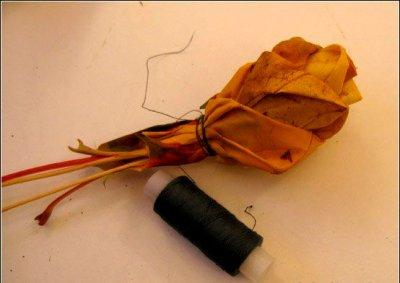 Розы из осенних листьев своими руками (22) (400x283, 80Kb)