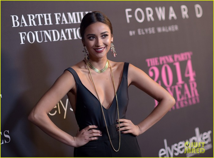 shay-mitchell-brenda-song-pink-party-2014-10 (700x516, 66Kb)