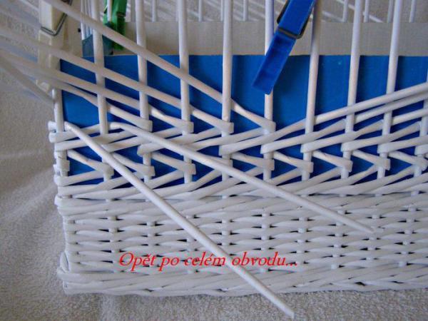 Корзинка для белья — плетение из газет11 (600x450, 234Kb)