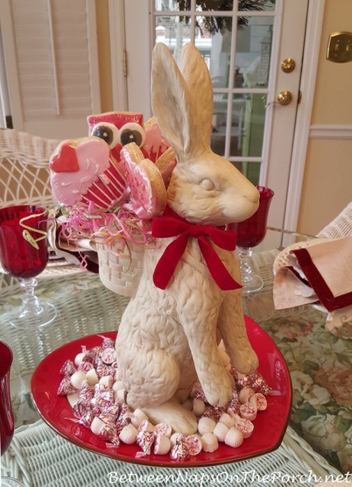 Valentines-Day-Table-with-Bunny-Cookie-Centerpiece (505x700, 399Kb)