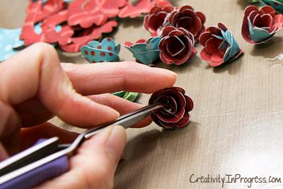 cesta de papel de rosas con sus manos (11) (400x267, 187KB)
