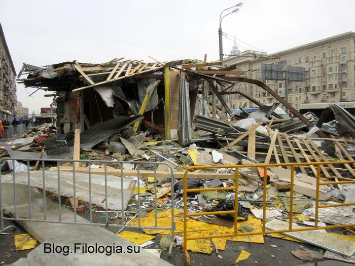 Фото того, что осталось от снесенного торгового павильона у станции метро Сокол в Москве. 10 февраля 2016 (700x525, 83Kb)