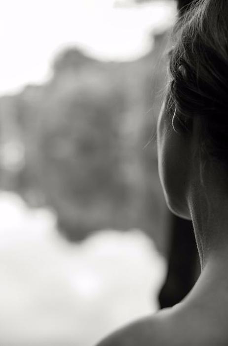 дев у окна смотрит (462x700, 89Kb)