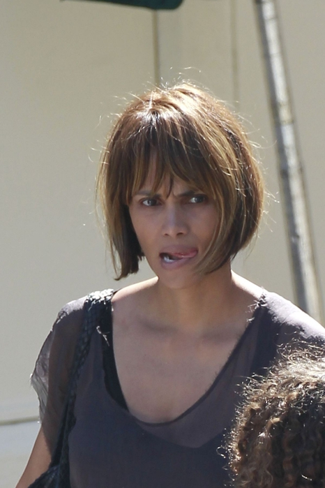 halle-berry-outside-cafe-med-in-west-hollywood_1 (466x700, 181Kb)