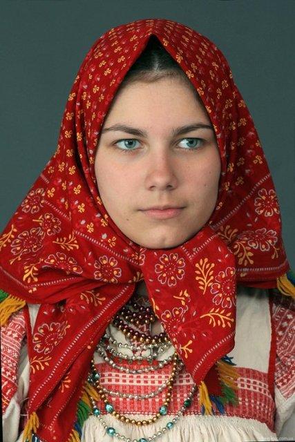 4947567_Rysskaya_devyshka_nacionalnii_kostum_CayJc0gWcAAI17O (427x640, 71Kb)