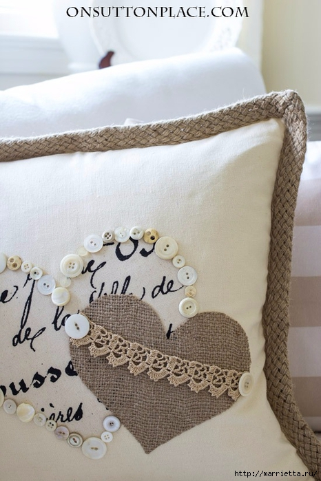 Винтажная подушка с сердечками. Пуговицы и аппликация (1) (466x700, 233Kb)