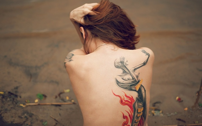 _Beautiful_tattoo_on_the_back_of_a_girl_055582_ (700x437, 69Kb)