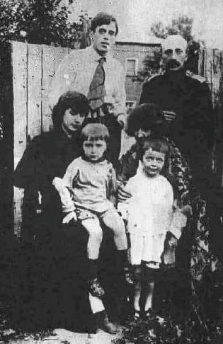 Cyostryi-TSvetaevyi-s-detmi-E`fron-Mints-stoit-sprava.-g.Aleksandrov1916-god (315x486, 51Kb)