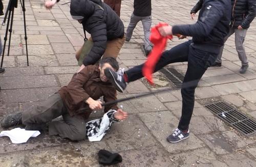 фашисты бьют старика 07635121 (500x327, 81Kb)