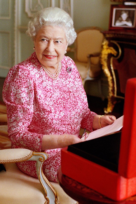 queen-elizabeth-2-9sep15-getty-mary-mccartney-b_592x888 (466x700, 429Kb)