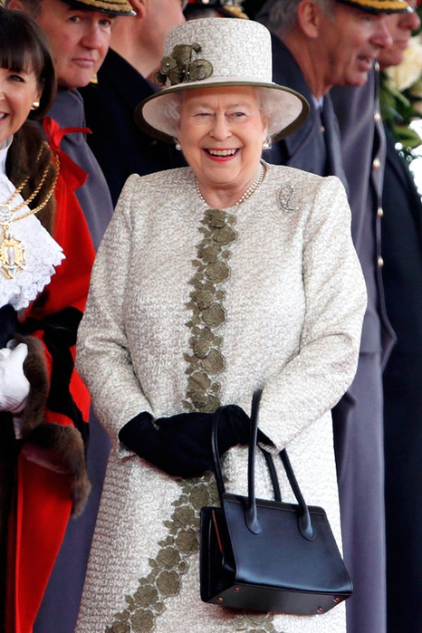 Queen-Elizabeth-II-Vogue-4Mar15-Getty_b_592x888 (466x700, 365Kb)