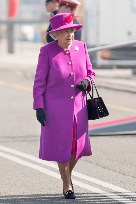 Queen-Elizabeth-visits-HMS-Ocean-Vogue-20Mar15-Getty_b_592x888 (466x700, 258Kb)