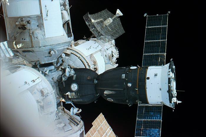 02-Soyuz_acoplada_MIR (700x466, 315Kb)