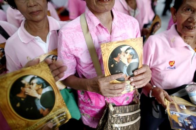 Тайцы молятся за здоровье короля Пумипона Адульядете (Bhumibol Adulyadej), Бангкок, 18 сентября 2010 года.