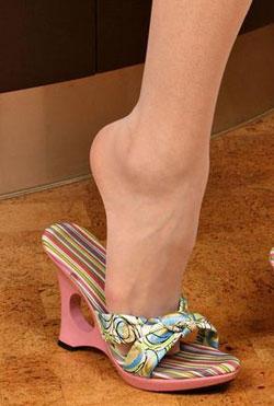 Ножки в обуви целуют фото 533-297
