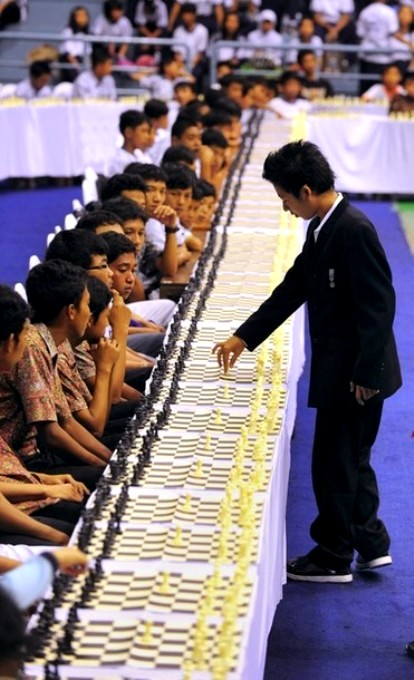 14-летний национальный чемпион мира по шахматам Масрури Рахман одновременно играл в матче против 200 противников в гимназии Джакарты, 23 сентября 2010 года.
