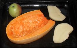(260x163, 96Kb)положила на противень картошку, тыкву и яблоко, да и сунула в горячую духовку