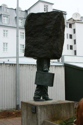 памятник бюрократу в исландии