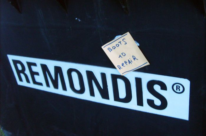 монолог с городом, бумажки с надписями, мусорка, обувь