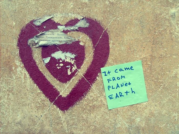 монолог с городом, бумажки с надписями, сердечко, любовь пришла, планета земля
