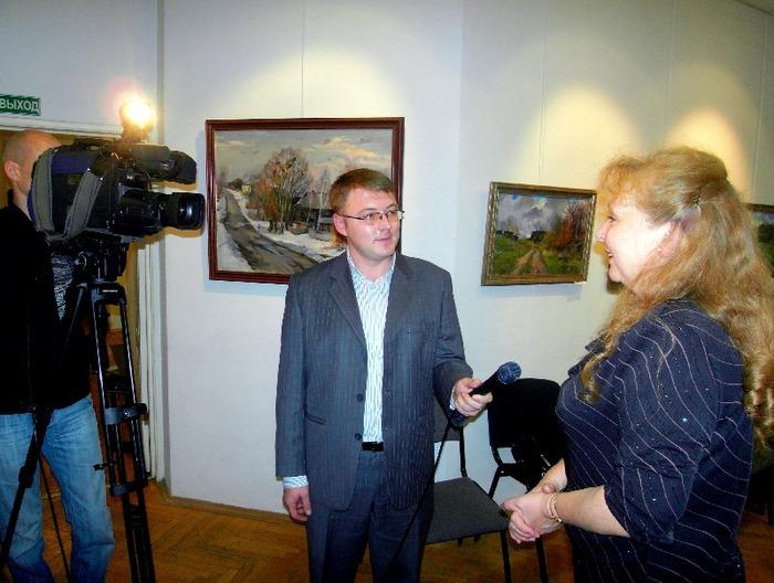 Автор выставки Елена Воронова дает интервью