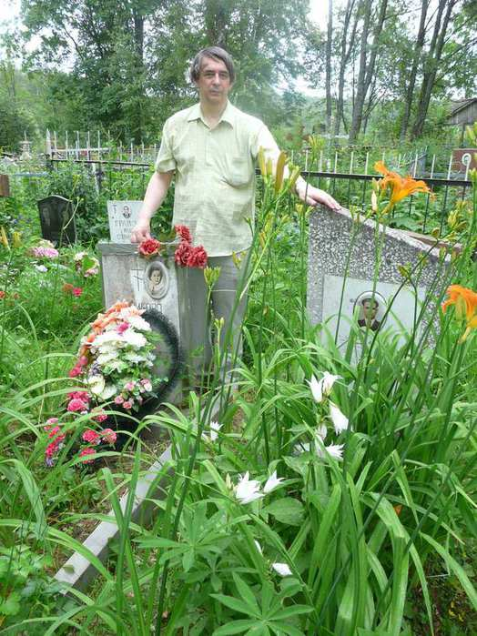 На кладбище у могилы родителей, июль 2010