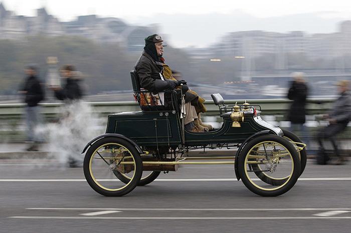 Паровой автомобиль Stanley 1903 года выпуска. От Гайд-парка колонны едут через Вестминстерский мост, затем по набережной Темзы до моста Ламбет, а оттуда на трассу А32, ведущую к Брайтону. К финишу участники приезжают обычно уже в темноте.