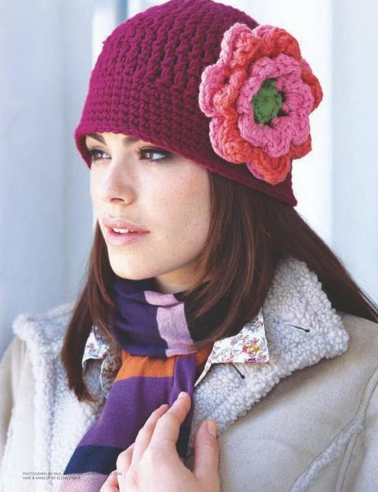 Малиновая шапка с цветком.
