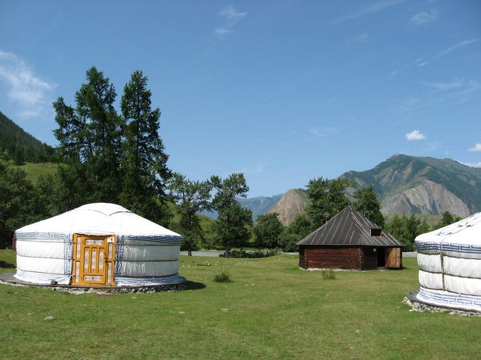и монгольские юрты.